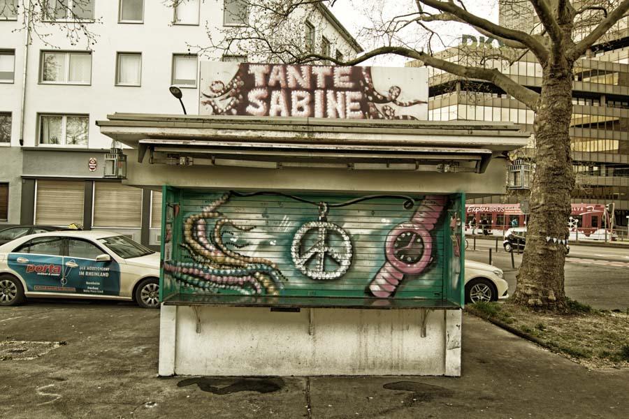 Tante Sabine im Kunst Kiosk in Köln-Lindenthal | Fotos von Büdchen in Köln